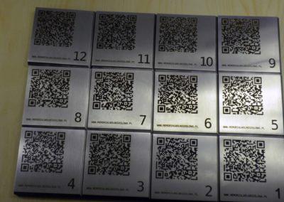 Tabliczki informacyjne ze stali nierdzewnej, grawerowane.