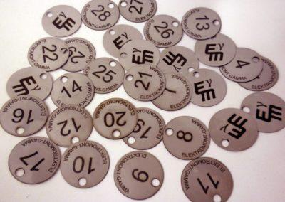 Marki ze stali kwasowej, grawerowane.